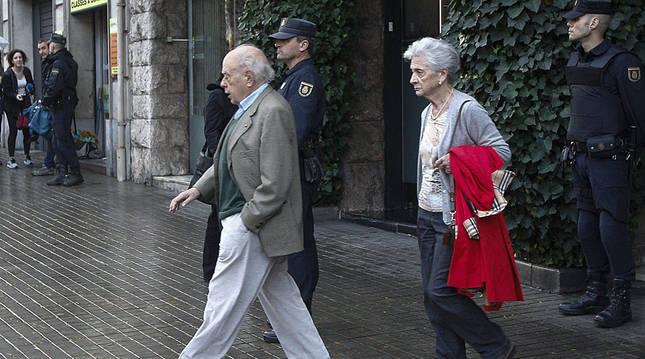 Pujol y su mujer abandonan el domicilio durante los registros.