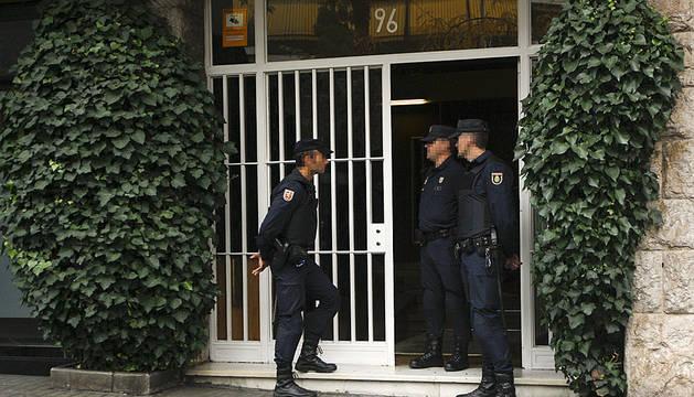 Agentes de la UDEF, en el domicilio de Jordi Pujol.