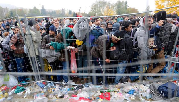 Un grupo de refugiados cruza la frontera de Austria.