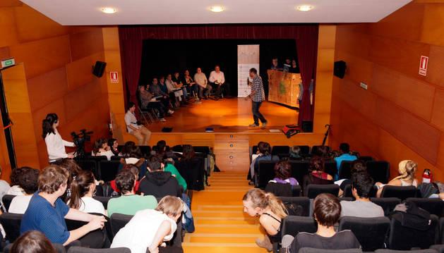Reunión de jóvenes participantes en el proyecto ACTÚA y representantes del Ayuntamiento.