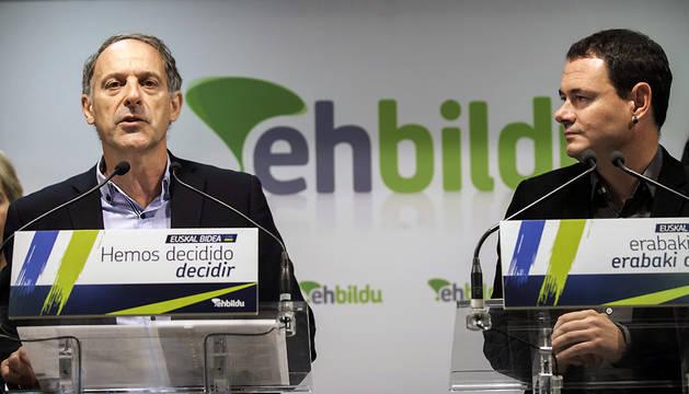 Adolfo Araiz (i), y el presidente de Sortu, Hasier Arraiz (d), este miércoles.