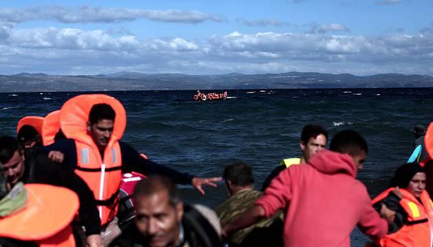 Al menos 7 muertos al naufragar en las costas de Lesbos