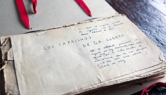 Fotografía facilitada por Espasa de la primera página del manuscrito de 'Los caprichos de la suerte'.
