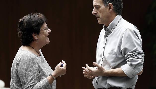 María José Beaumont  y Adolfo Araiz, en el exterior de la Cámara este jueves.
