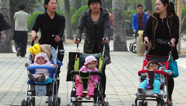 China pone fin a la política del 'hijo único' y permite dos hijos por pareja