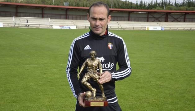 Nino, con el Trofeo Veteranía.
