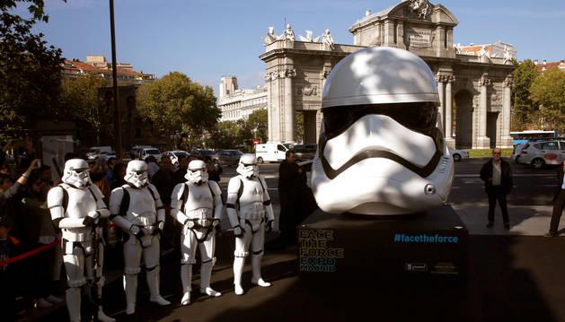 Ocho réplicas gigantes de cascos de 'Star Wars' aterrizan en Madrid.