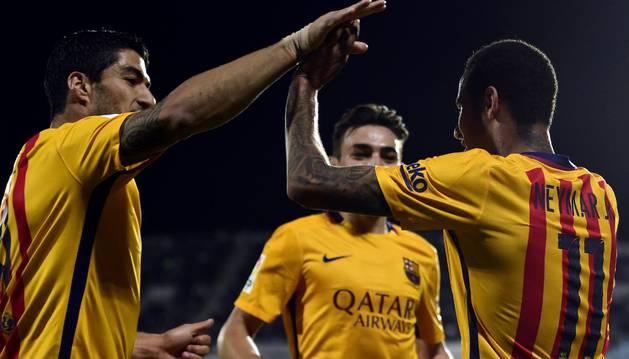 Suárez y Neymar celebran un gol.