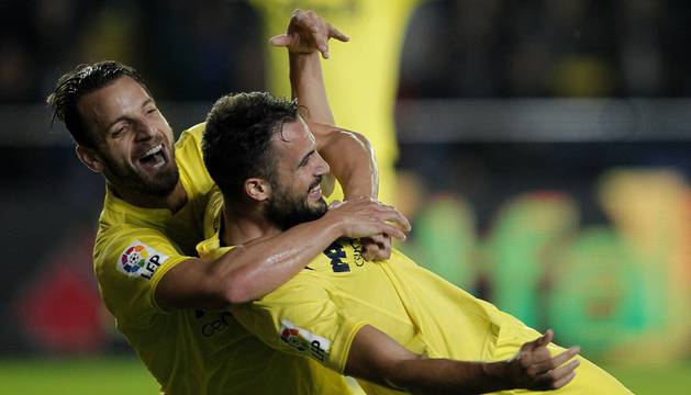 Soldado y Mario celebran un gol.