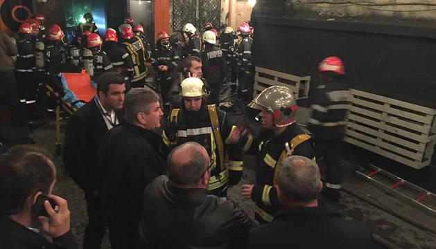Al menos 27 personas han muerto y 184 han resultado heridas por la explosión y el posterior incendio que se han producido a última hora del viernes en un club nocturno de Bucarest, convirtiéndose en uno de los peores accidentes que tienen lugar en la capital rumana en décadas.