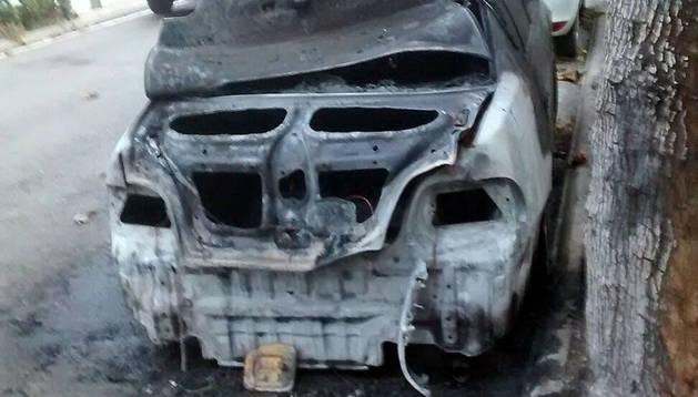 Arde un coche en el barrio de la Azucarera  sin provocar heridos
