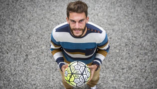 Roberto Torres, con el balón del hat-trick al Lugo.