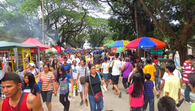 Millones de filipinos acudieron este 1 de noviembre a los cementerios para celebrar la festividad de Todos los Santos.