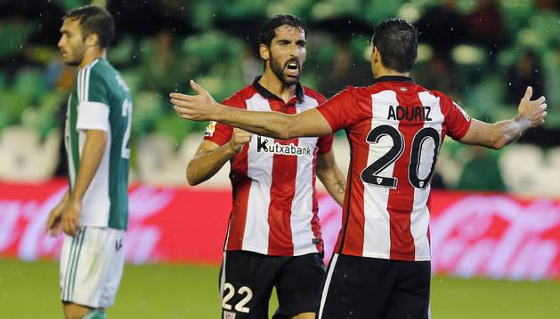 Raúl García celebra su gol.