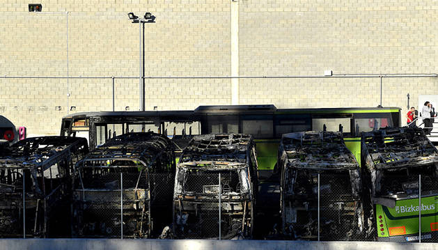 Incendiados ocho autobuses de la empresa Bizkaibus en Derio