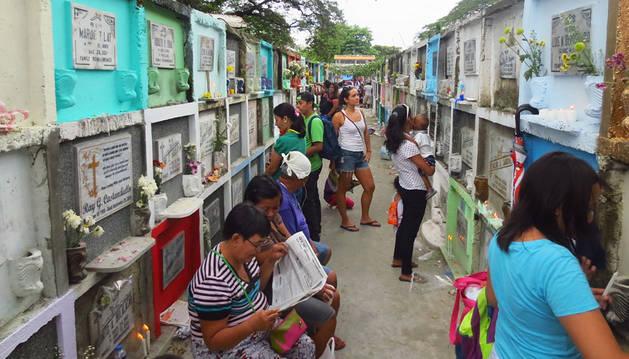 Todos los Santos desata la locura en Filipinas