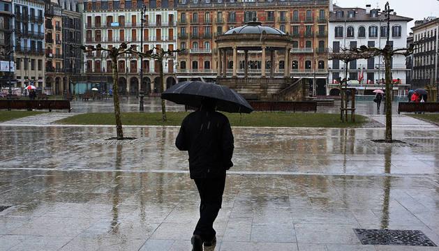 Una persona cruza por la Plaza del Castillo.