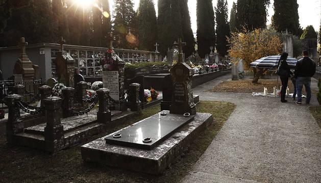 Los navarros honran a sus difuntos con flores y visitas a los cementerios