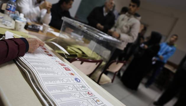 La jornada electoral turca transcurre en calma pese a las tensiones previas