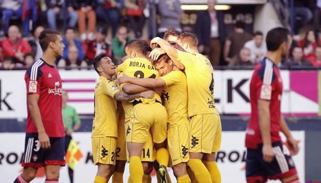 Los jugadores del Girona celebran el gol.