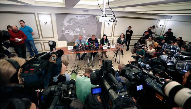 El director de la aerolínea Kogalymavia, Alexander Snagovsky (centro), el subdirector de operaciones de la compañía, Alexander Smirnov (izda), y la presidenta de Tourism Holding & Consulting, Oxana Golovina (dcha).