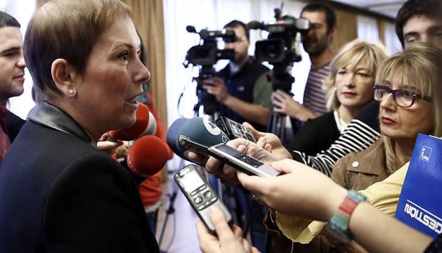 Uxue Barkos atiende a los medios.