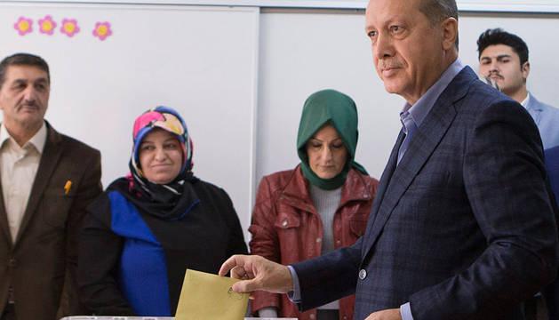 El presidente turco ejerce su voto este domingo.