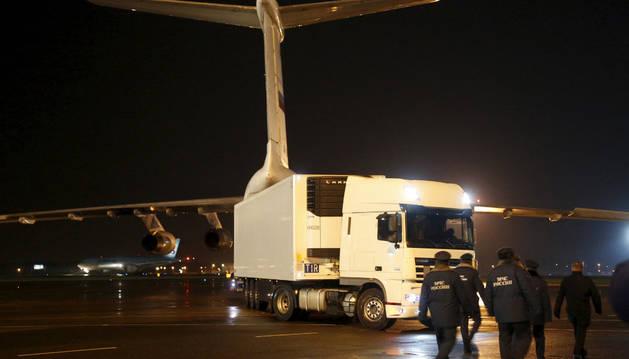 Llegada del avión con los cuerpos de las víctimas del accidente de avión en la península del Sinaí.