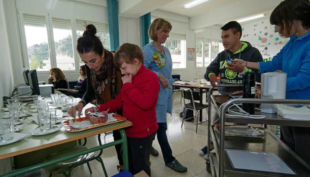 Los alumnos, preparando el café para la sala de profesores.
