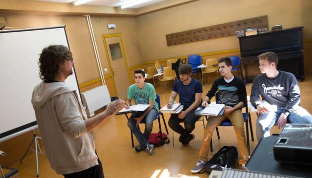 Un grupo de alumnos da clase en un aula de Castel-Ruiz.
