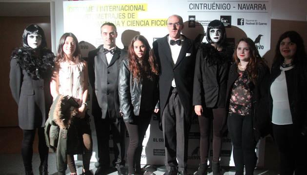 Los presentadores con las cuatro jóvenes cirboneras que ganaron el premio al mejor corto local.