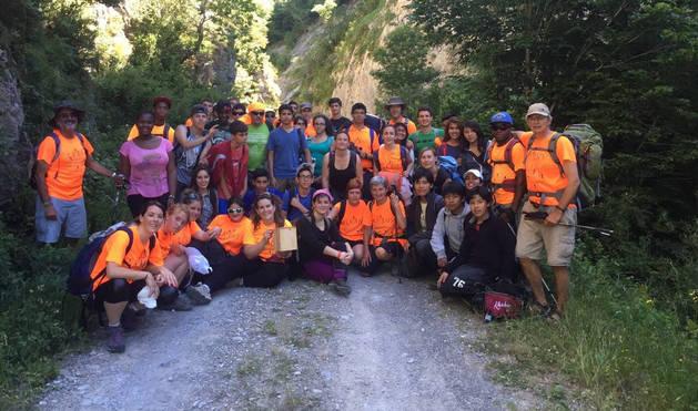 Instantánea de los participantes en la etapa Isaba-Zuriza de la Transpirenaica Social y Solidaria celebrada en verano.