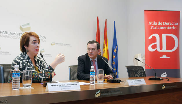 Ainhoa Aznárez, junto a Ángel Gómez, director del Aula.