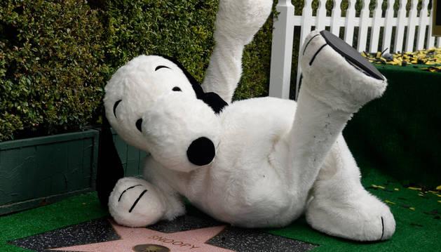Snoopy posa al recibir una estrella en el Paseo de la Fama.