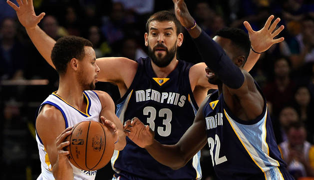 Marc Gasol y Jeff Green luchan por el balón con Stephen Curry.