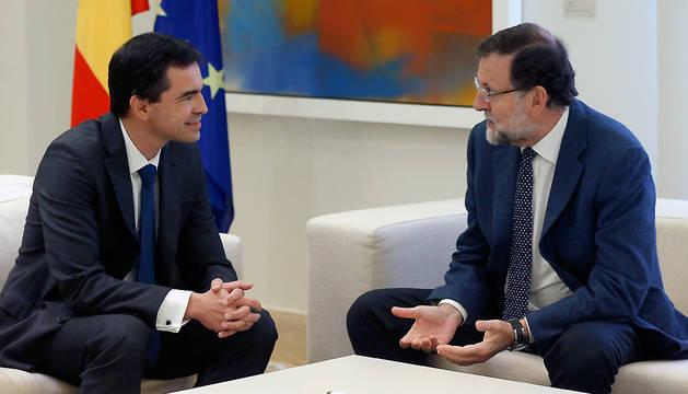 El presidente del Gobierno, Mariano Rajoy (d), durante la reunión en La Moncloa con el líder de UPyD, Andrés Herzog.