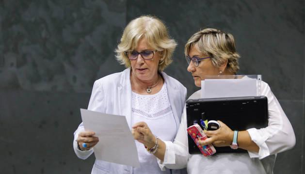 Miren Aranoa, de EH Bildu (i), y Marisa de Simón, de Izquierda-Ezkerra (d).