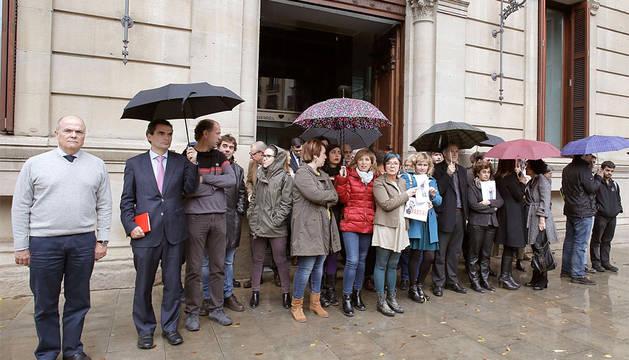 Un momento de la concentración en la puerta del Parlamento foral.