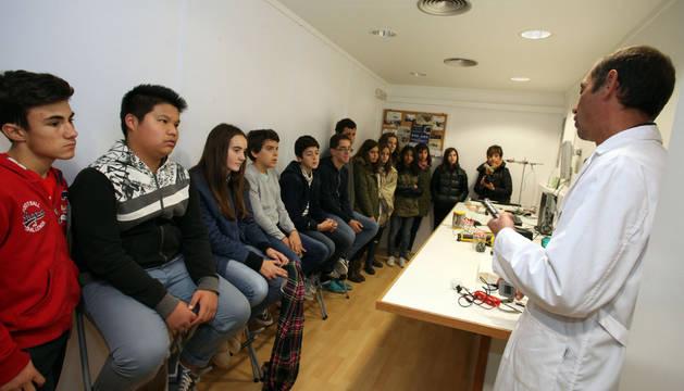 Un grupo de alumnos, en uno de los talleres del laboratorio sobre ruedas Movilab.