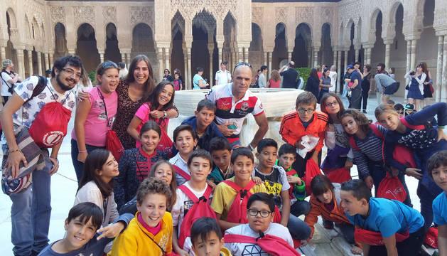 Los alumnos de Fitero participantes en el programa, con sus profesores, en la Alhambra de Granada.