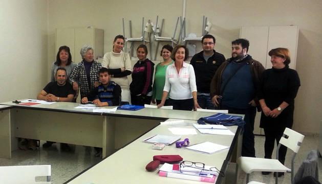 Docentes y alumnos en el centro donde se imparten los cursos.