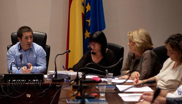 El alcalde (Upei) y la edil Mª José Vidorreta durante el debate.