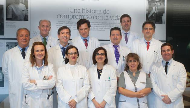 Equipo de investigadores: De izquierda a derecha. 1ª fila: Dra. María Rodríguez; Dra. López de Ceráin; Dra. Susana Inogés; enfermera Iosune Goicoechea y el Dr. Carlos Alfaro. 2ª fila: Dr. José Luis Zubieta; Dr. Miguel Angel Idoate; Dr. Javier Aristu y Dr.