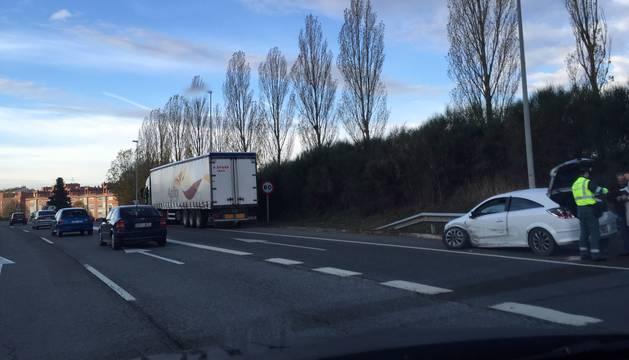 El camión y uno de los vehículos afectados.