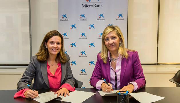 Ana Díez Fontana, directora territorial de CaixaBank en Navarra, y Victoria Vidaurre Garcés, presidenta de Amedna-Neeze.