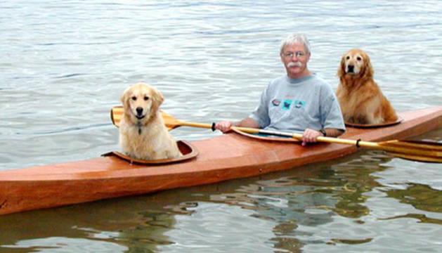 Bahnson, junto a sus perros en el kayak