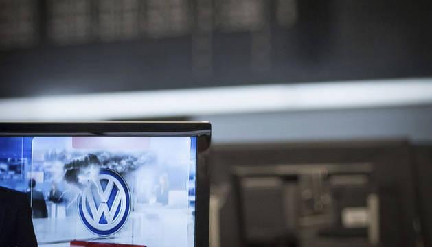 Un logotipo de Volkswagen aparece en un monitor en la bolsa de Fráncfort.