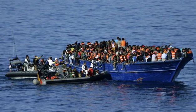 LA FRAGATA CANARIAS RESCATA A MEDIO MILLAR DE INMIGRANTES EN LA COSTA LIBIA
