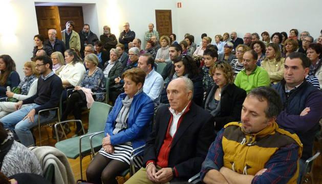 Representantes municipales y vecinos llenaron el salón de la casa de cultura de Estella.