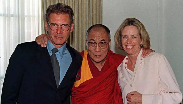 Harrison Ford y Melissa Mathison junto al Dalai Lama.